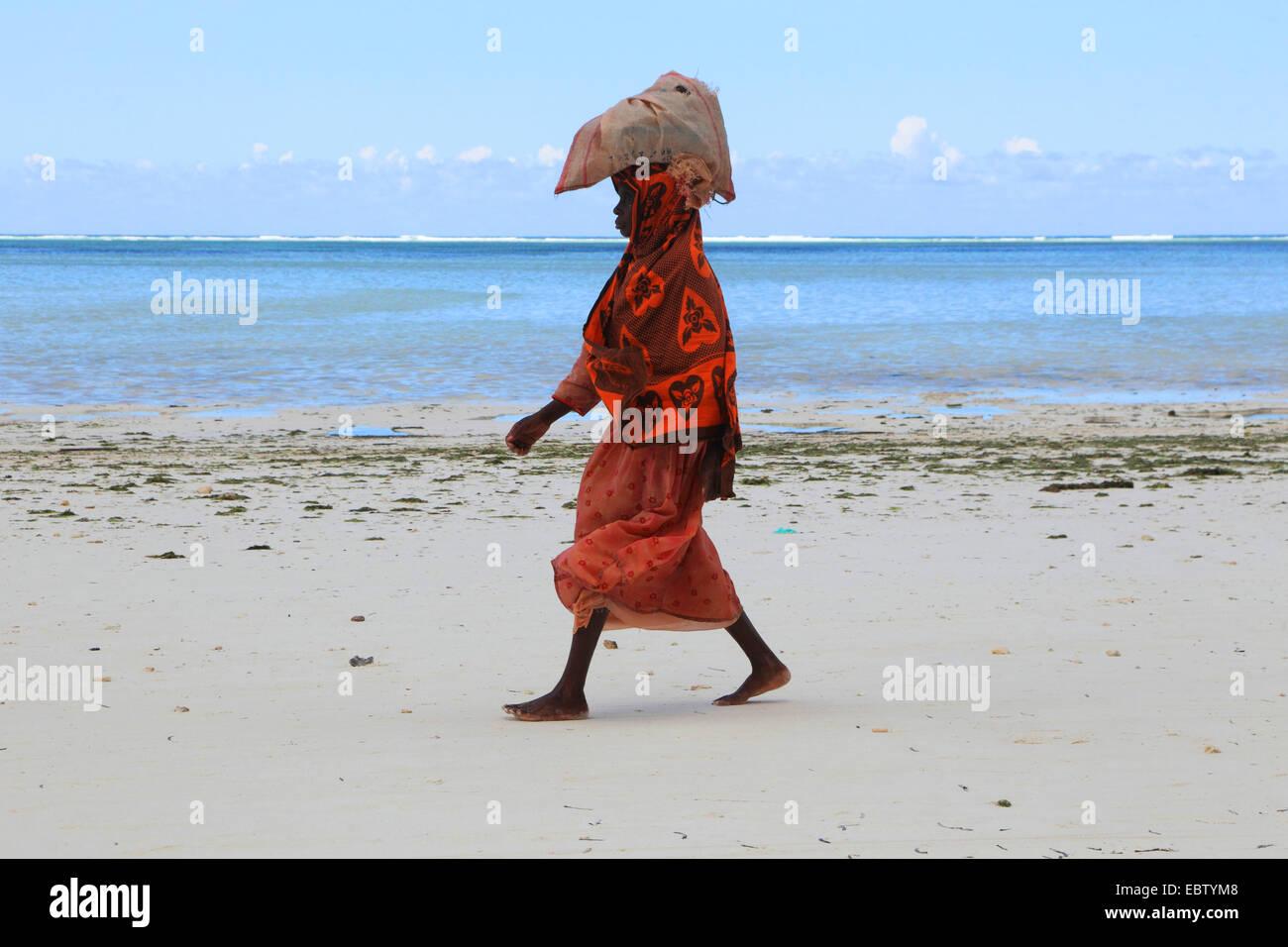 Femme Portant Un Sac Avec Des Algues Sur La Tête Sur Une