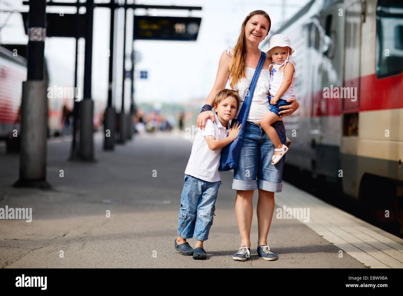 Une jeune mère avec ses deux enfants en attente pour le train Banque D'Images