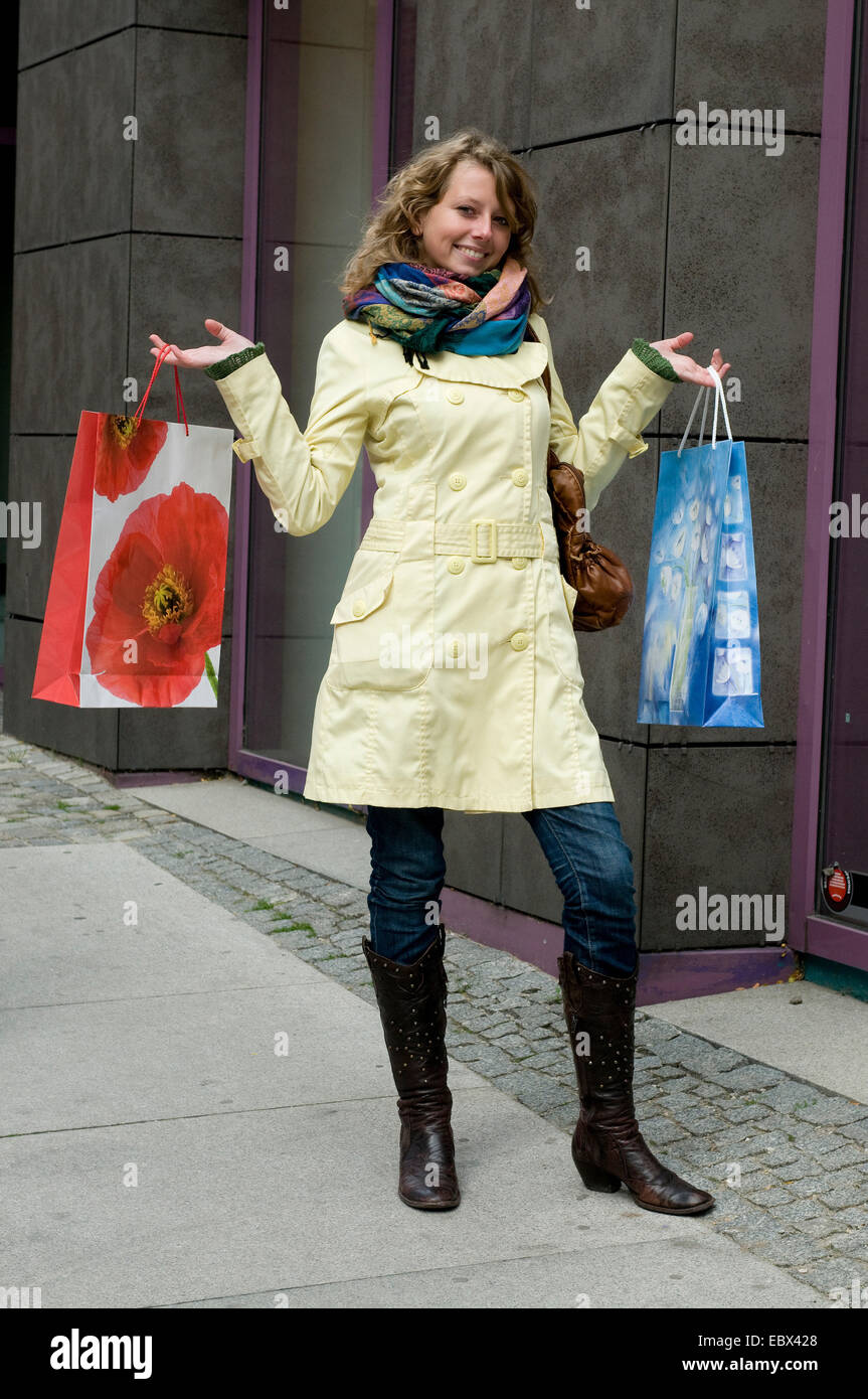 Jeune femme avec des achats dans une rue Photo Stock