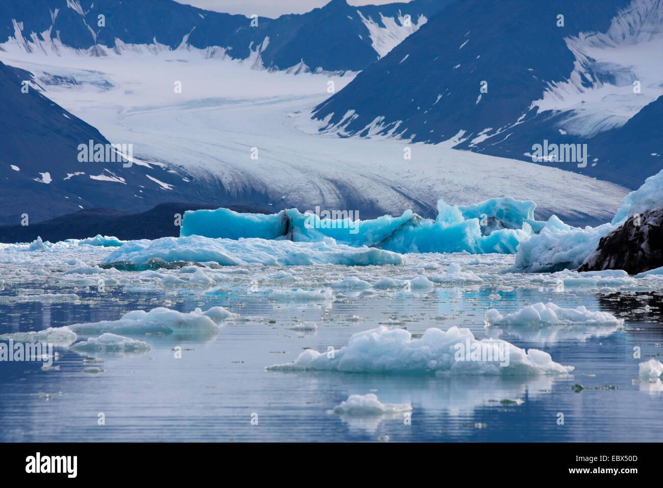 Glacier de Feiringfjellet avec azur iceberg en premier plan, la Norvège, Svalbard, Kongsfjorden Photo Stock