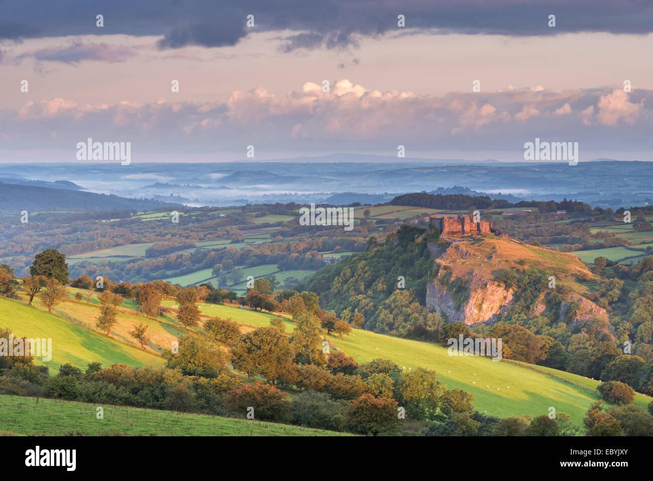 Carreg Cennen Castle dans les Brecon Beacons, Carmarthenshire, Pays de Galles. L'été (août) 2014. Photo Stock