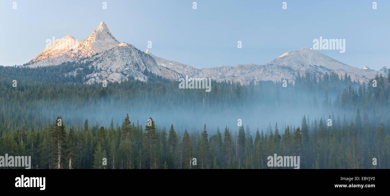 Peak mountain Unicorn au-dessus de brumes pinède, Yosemite National Park, California, USA. L'automne (octobre) 2014. Banque D'Images