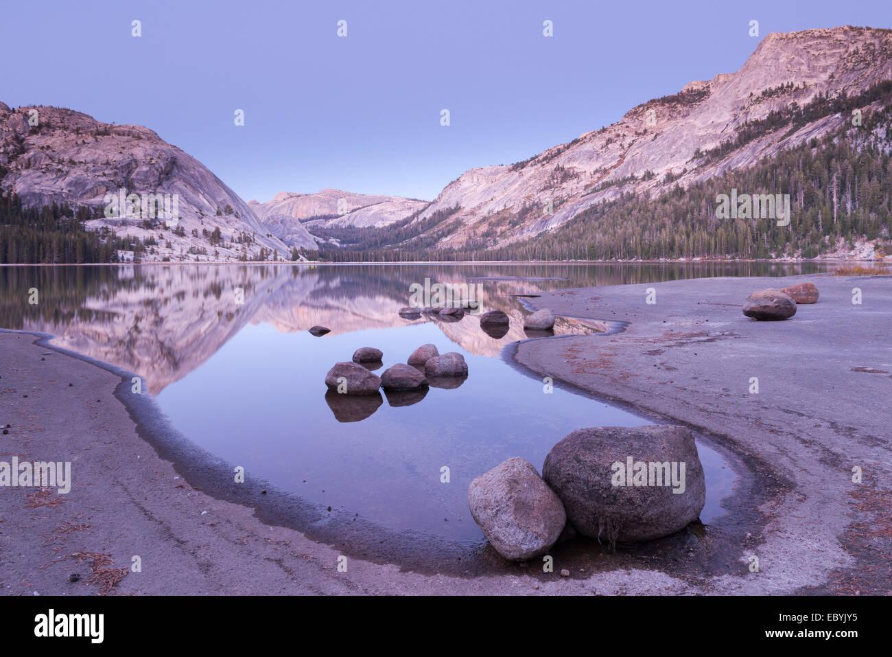 Twilight à Lac Tenaya, Yosemite National Park, California, USA. L'automne (octobre) 2013. Banque D'Images