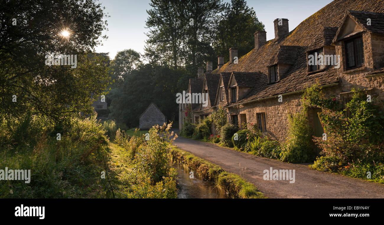 Jolis cottages à Arlington Row dans les Cotswolds village de Bibury, Gloucestershire, Angleterre. L'été Photo Stock