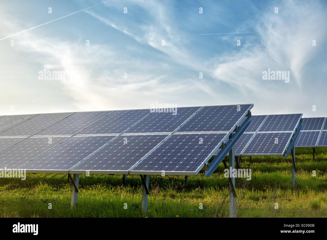 Panneaux solaires en vertu du ciel bleu Photo Stock