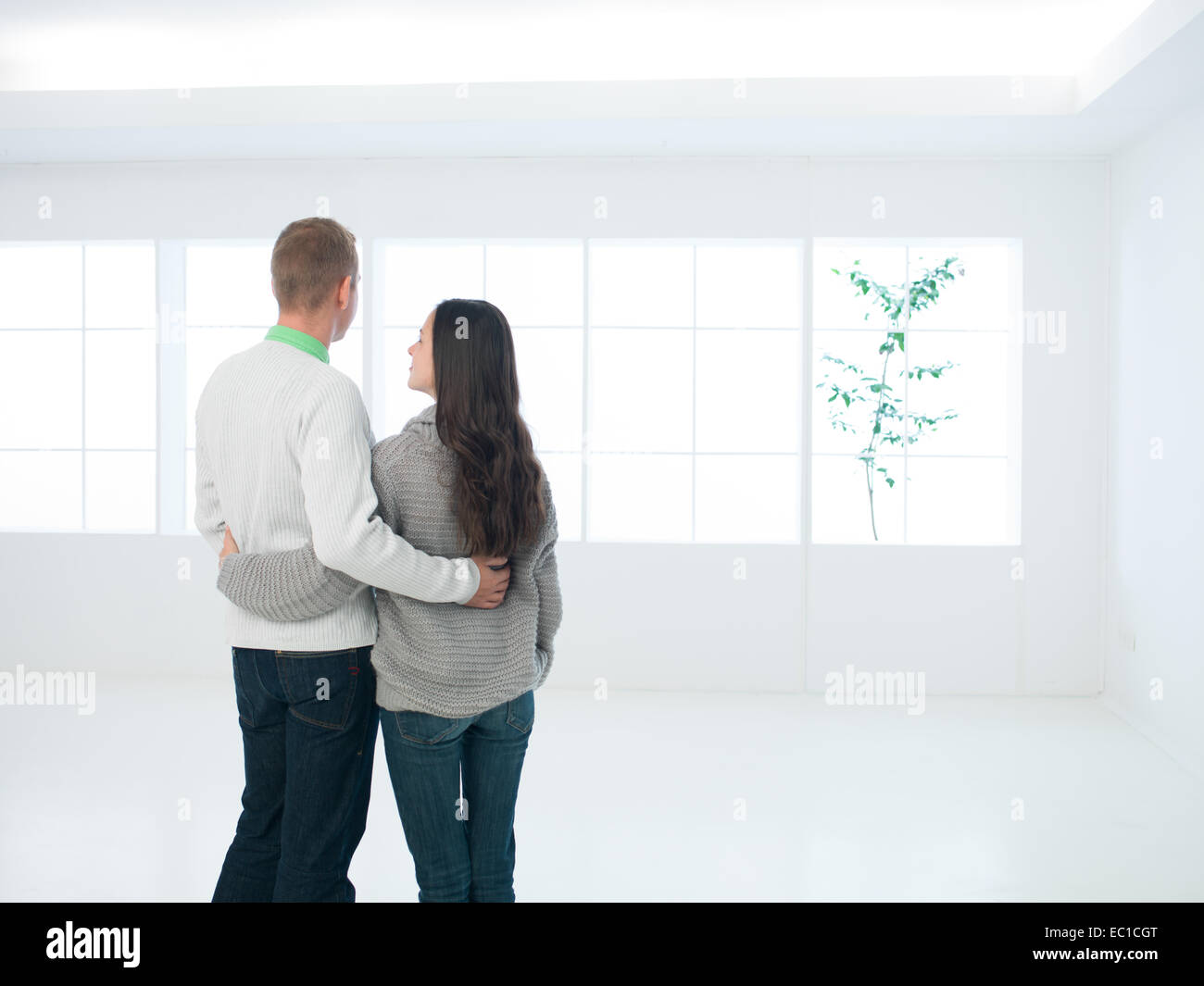 Jeune couple viewing nouvel appartement ou maison Photo Stock