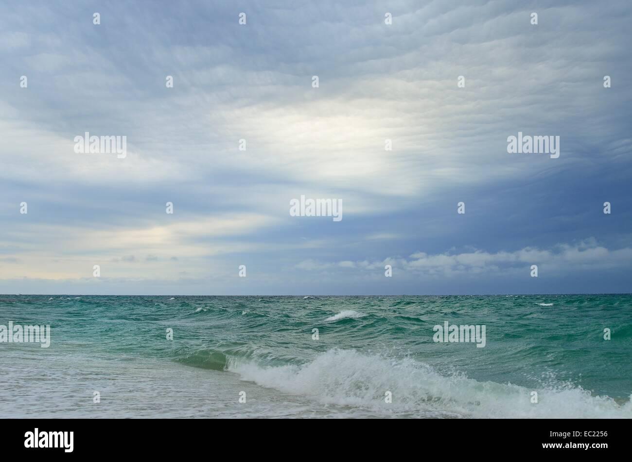 Les nuages de tempête sur la mer agitée, Mari Ermi, péninsule de Sinis, Cagliari, Sardaigne, Italie Photo Stock
