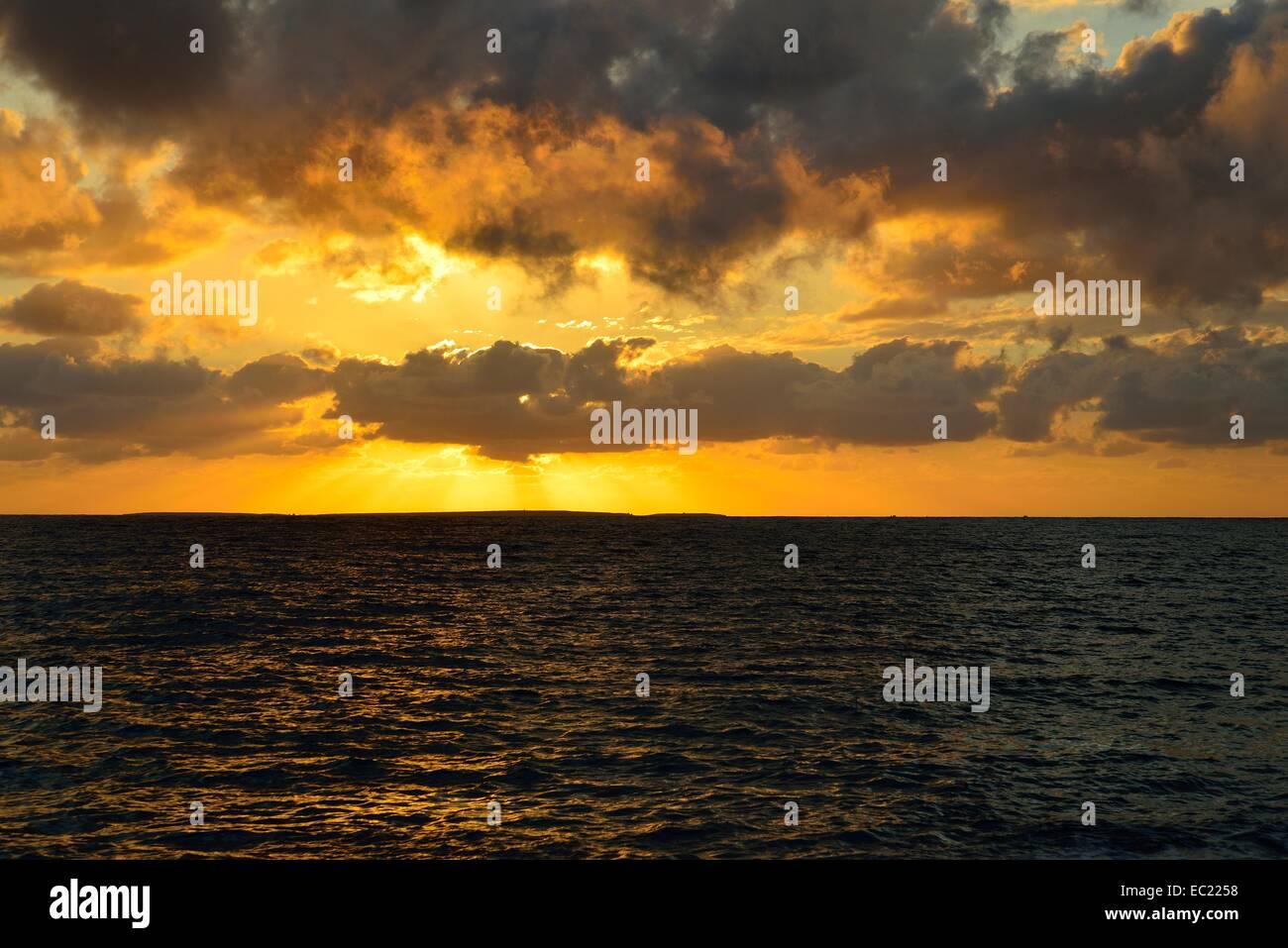 Coucher du soleil en mer de nuages, Mari Ermi, Péninsule de Sinis, Province de Sassari, Sardaigne, Italie, Photo Stock