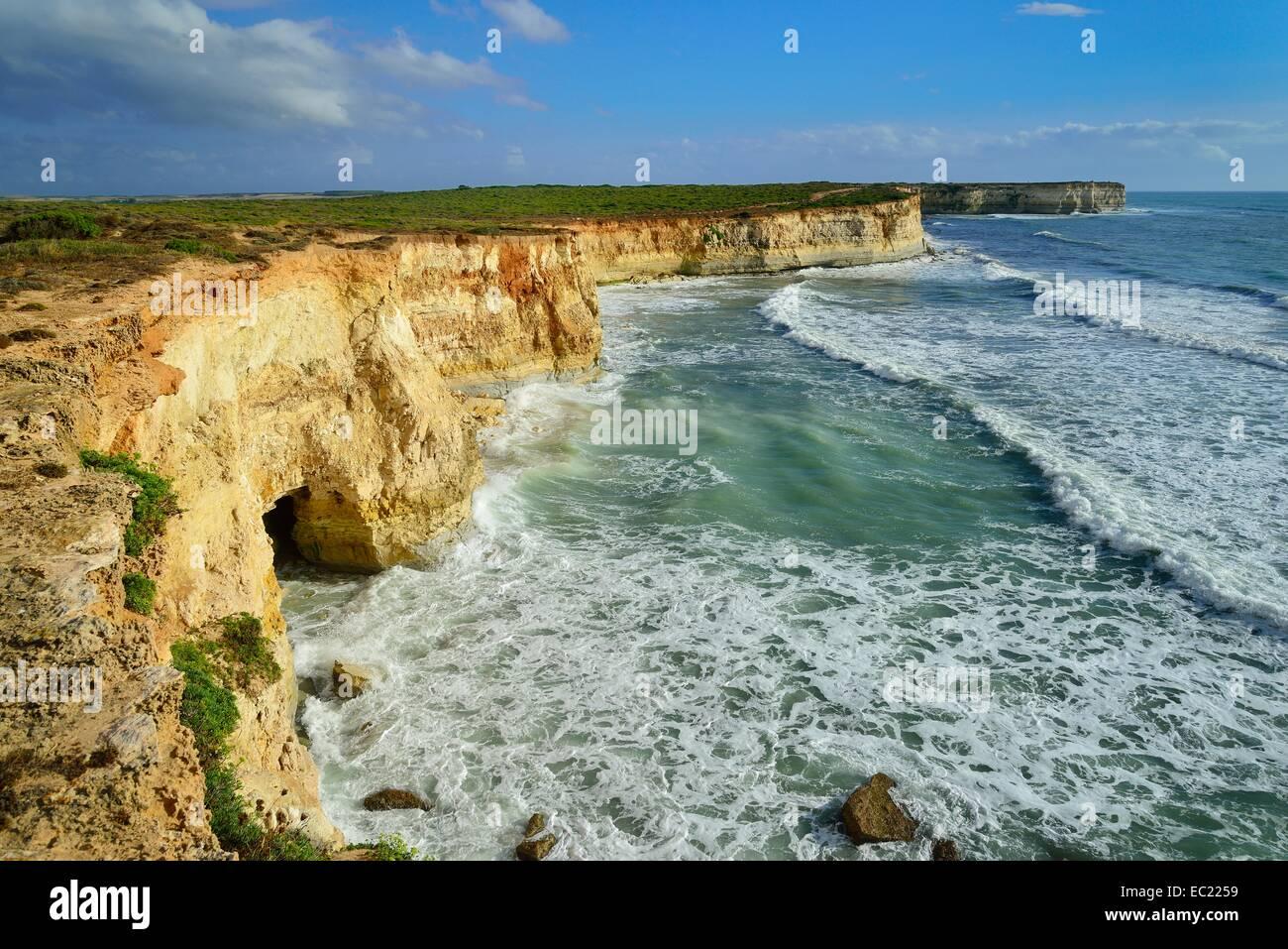 Falaises avec des grottes, Mari Ermi, Péninsule de Sinis, Province de Sassari, Sardaigne, Italie, Europe Photo Stock