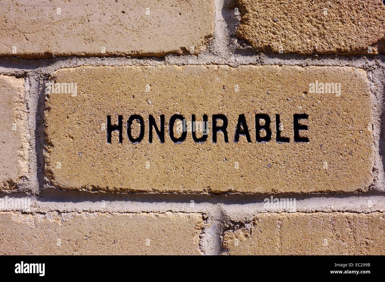 Une brique avec le mot 'Honorable' sculpté dans elle. Photo Stock