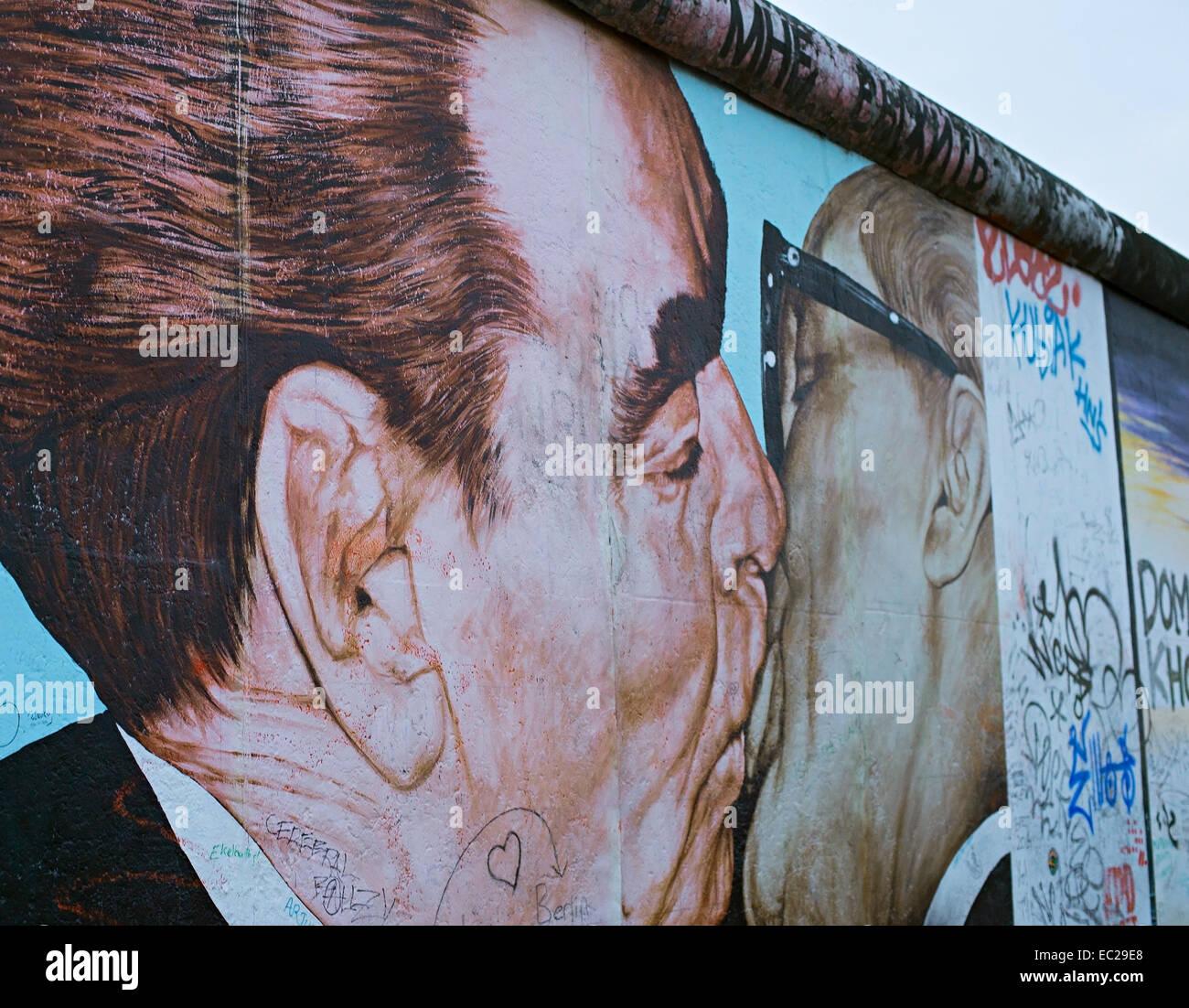 Kiss entre Brejnev et Honecker peint sur le mur de Berlin à l'East Side Gallery. Photo Stock