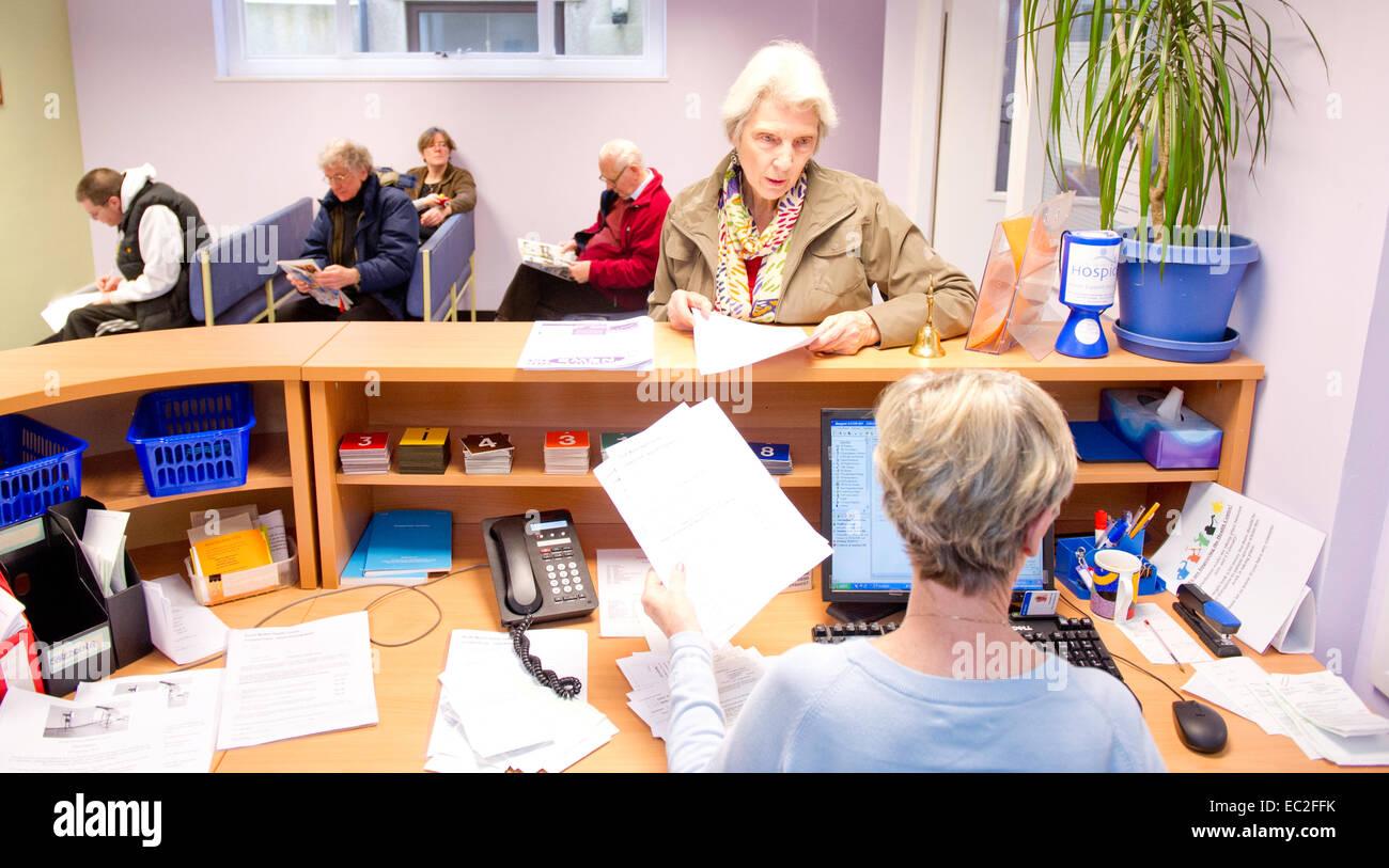 Une salle d'attente du NHS et comptoir de réception. Photo Stock