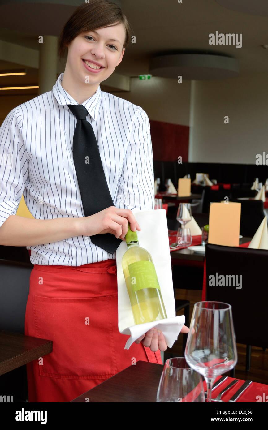 Serveuse a présenté avec amour la bouteille de vin Photo Stock
