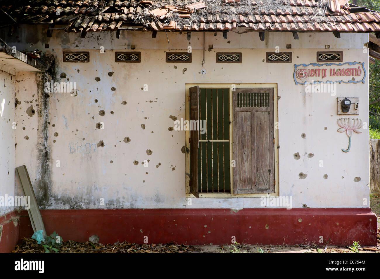 Maison abandonnée pleine de trous de balles de la guerre civile à Jaffna, Sri Lanka Photo Stock