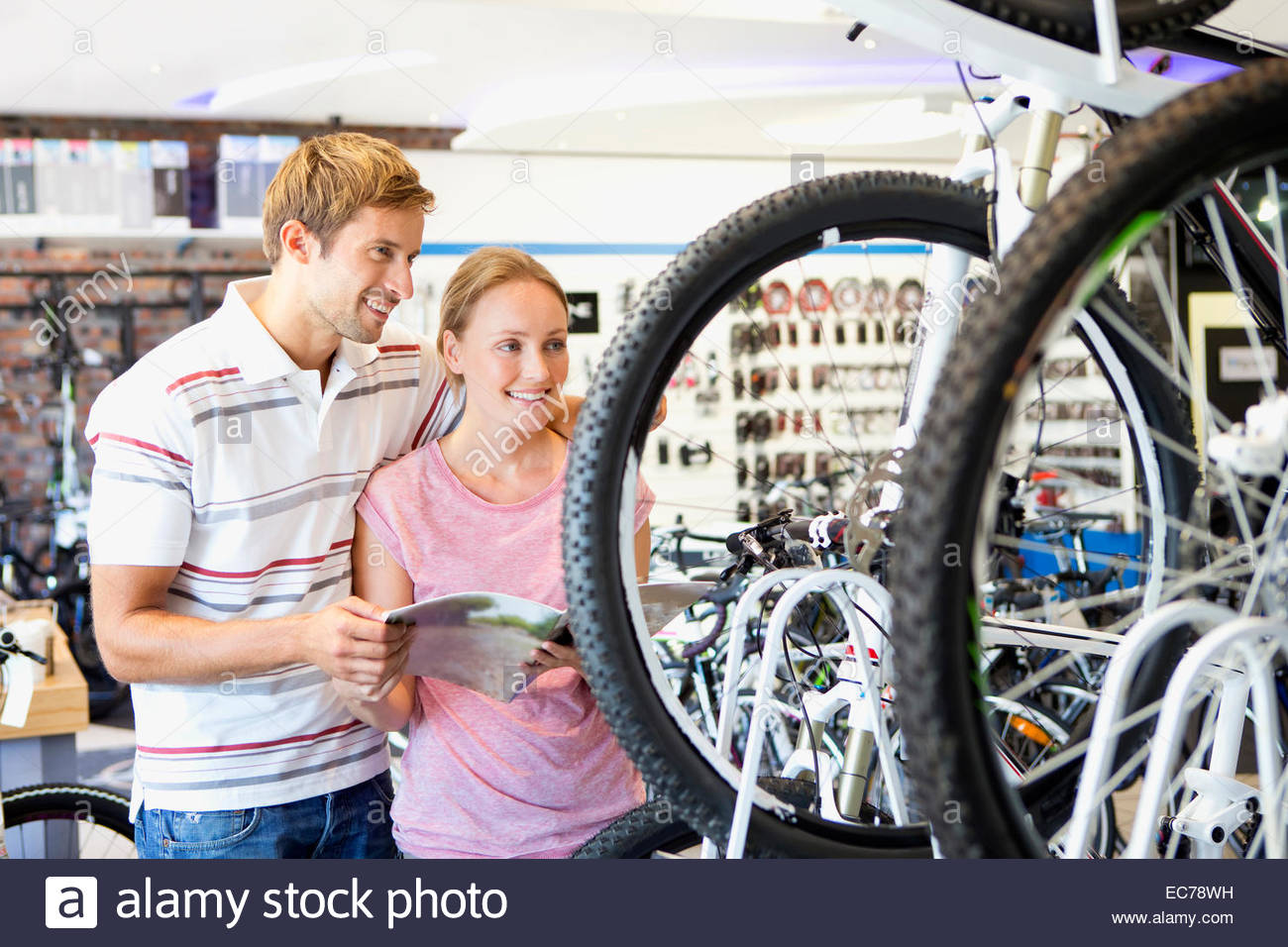 Le choix d'un couple en vélo shop Photo Stock