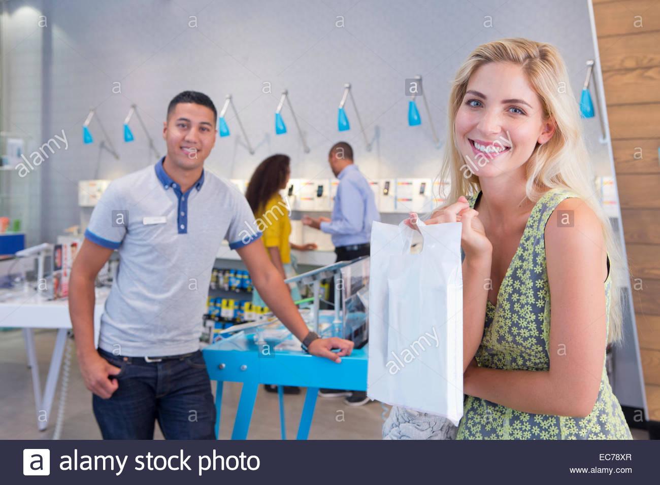 Femme avec l'achat en magasin de téléphone Photo Stock