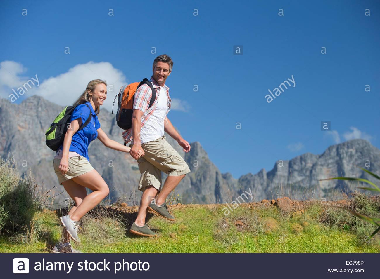 Couple hiking sur un chemin de montagne Photo Stock