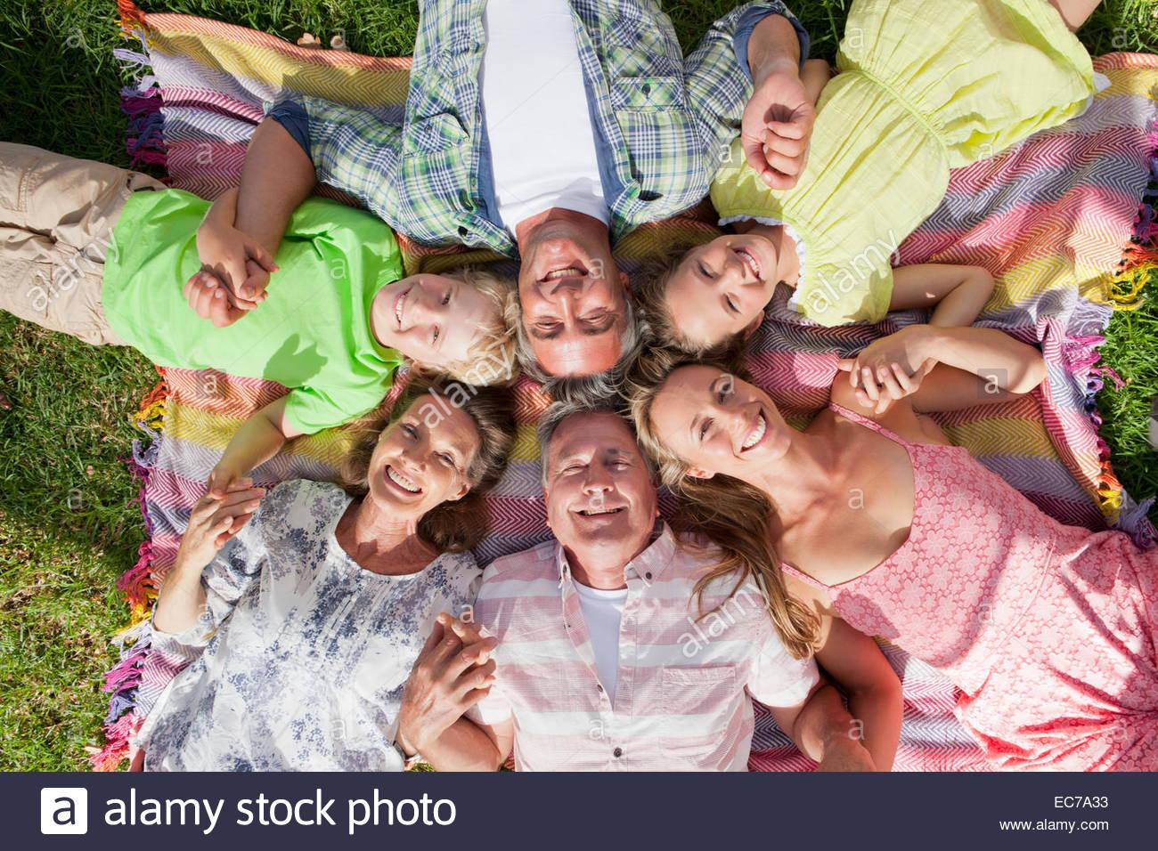 Portrait de frais généraux d'une génération de la famille couché dans l'herbe Photo Stock