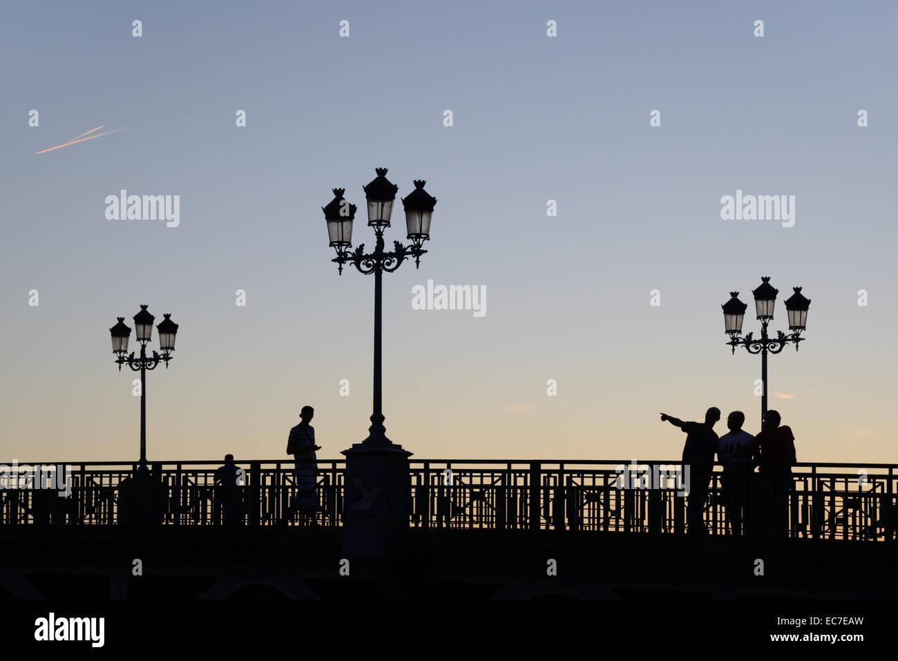 Soir Silhouettes de réverbères et les gens sur le Pont St Pierre Pont sur la Garonne Toulouse Haute Garonne Photo Stock