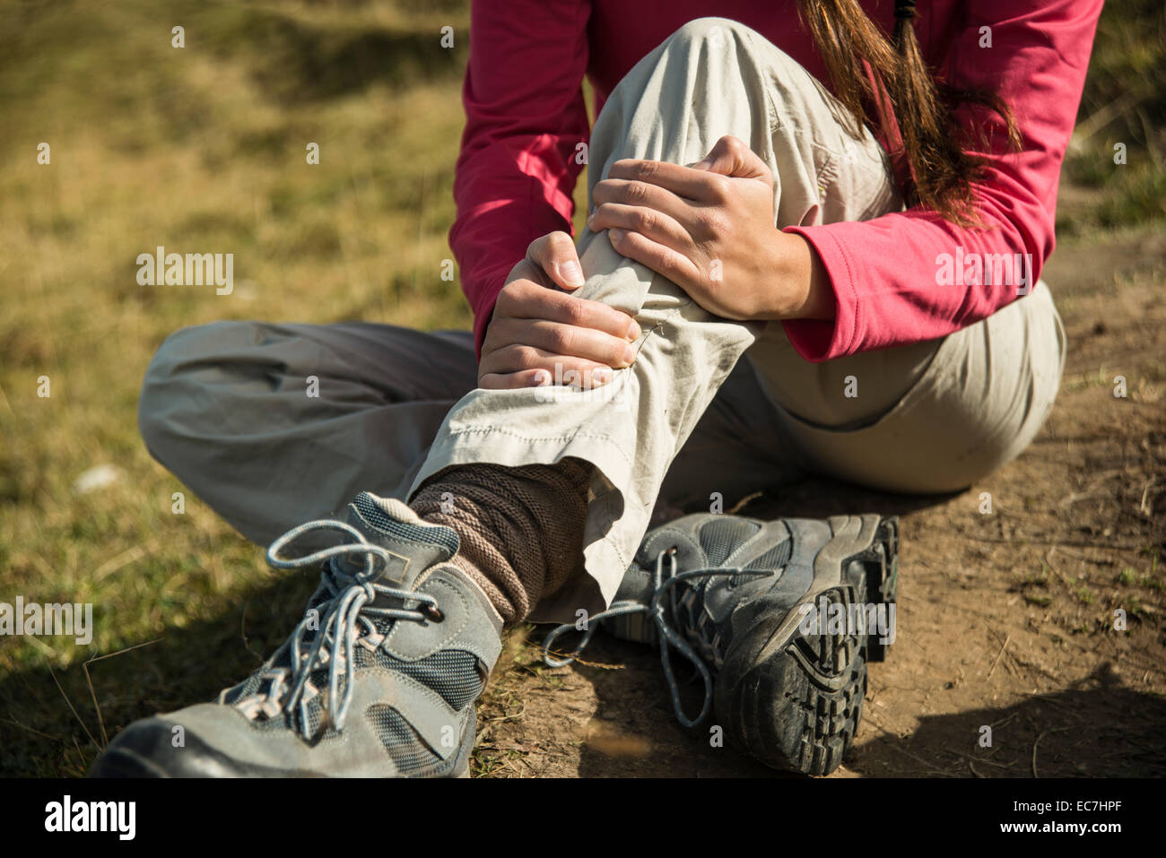 Autriche, Tyrol, Tannheimer Tal, jeune femme blessée sur randonnée Photo Stock