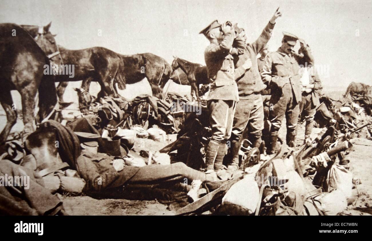 Soldats Anglais et Français spot un avion allemand battant au-dessus d'eux. La Première Guerre mondiale 1917 Banque D'Images