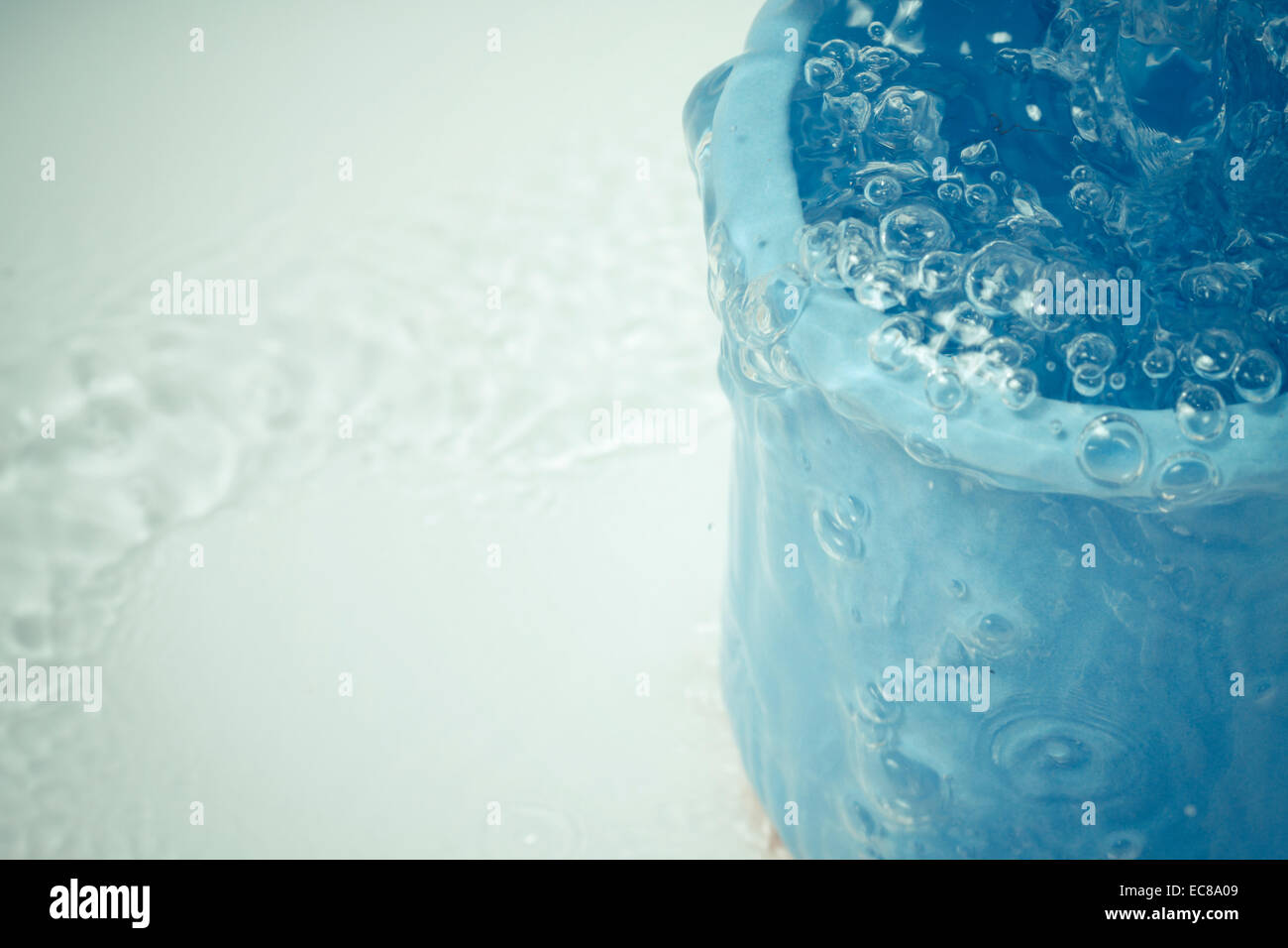 Tasse pot contenant le mouvement aux projections d'eau Photo Stock