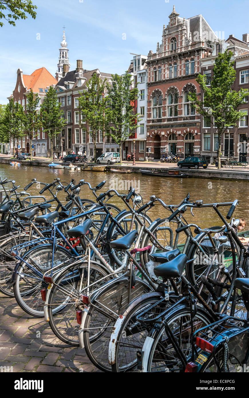 Les vélos garés sur une gracht dans le centre-ville d'Amsterdam, Pays-Bas. Banque D'Images