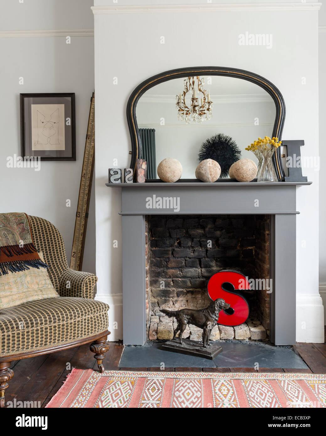 """Une lettre """"S"""" en rouge par cheminée salon victorien et fauteuil de style marocain tapis vintage Photo Stock"""