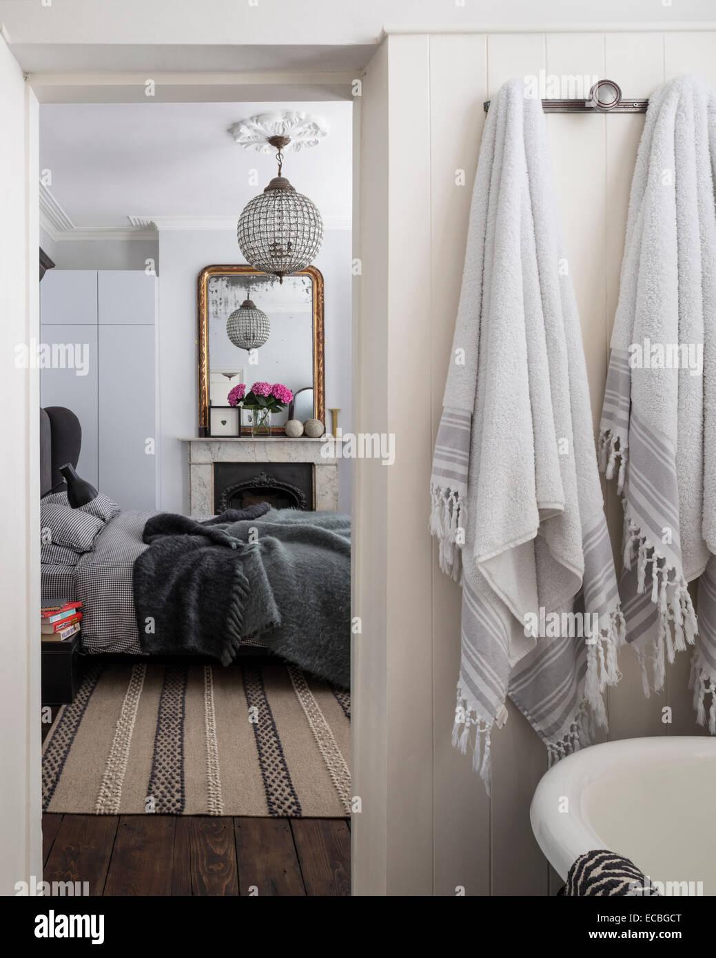 Voir à partir de la salle de bains par la chambre à coucher Photo Stock