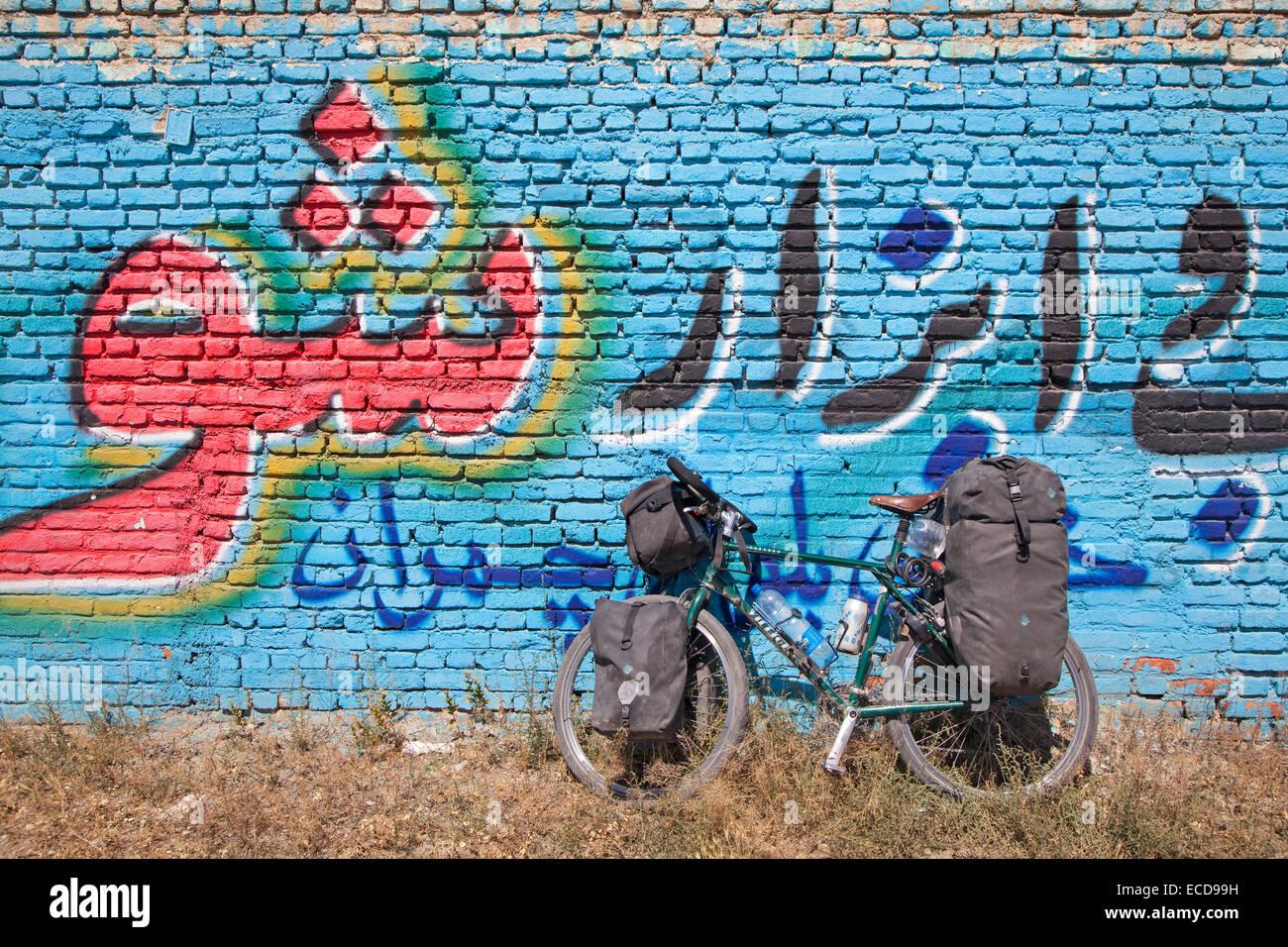 Vélos de cyclotourisme équipés de bouteilles d'eau dans les cages, les sacoches de guidon et Photo Stock