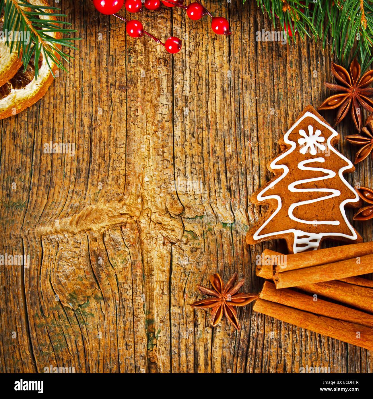 Composition de Noël - gingerbread cookie, l'anis et la cannelle sur table en bois Banque D'Images