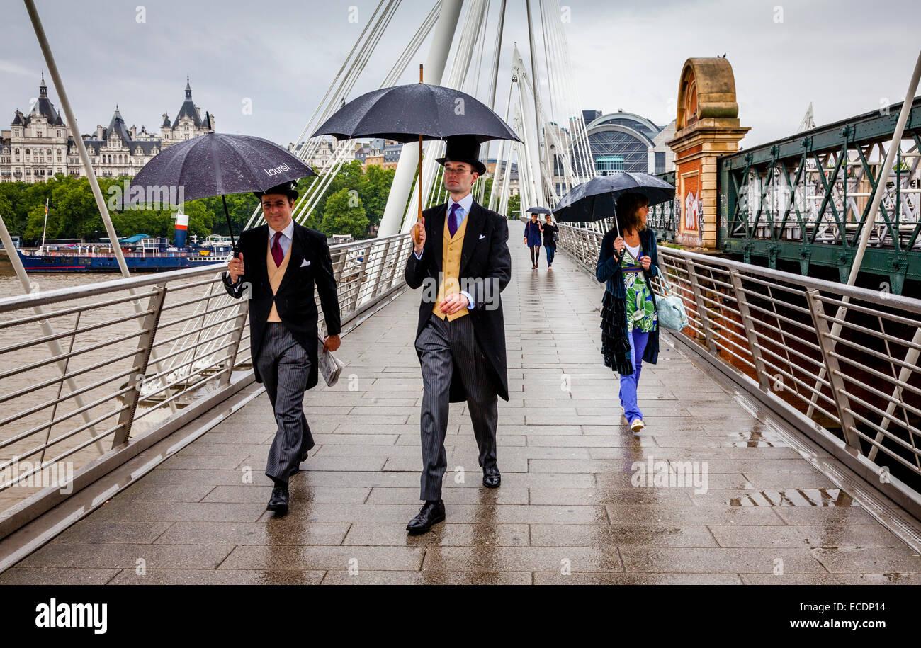 Deux hommes portant le chapeau traditionnel et c'est pile sur le chemin de l'Ascot pour une journée aux courses, Banque D'Images