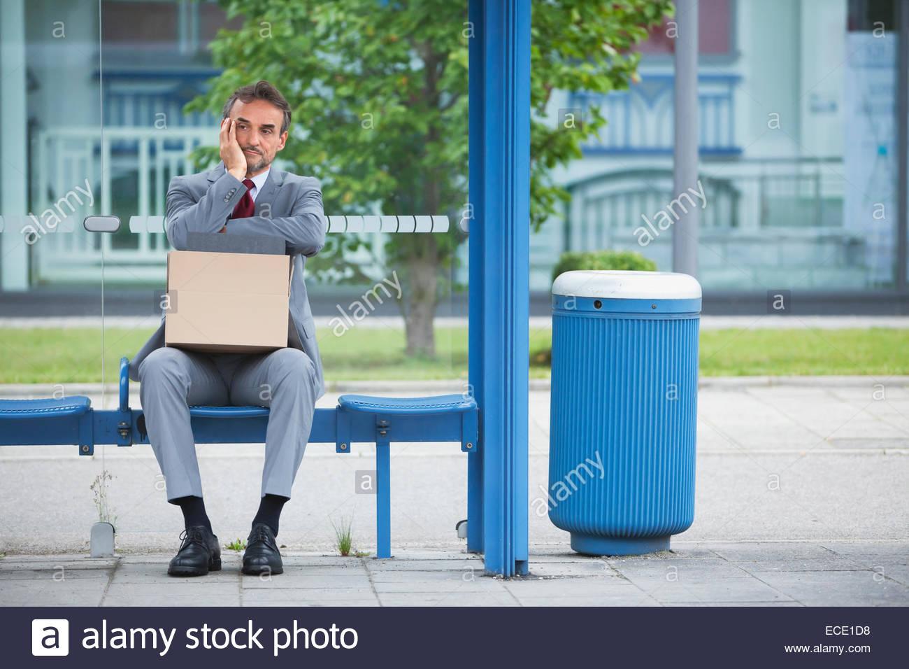 Seul l'homme l'anxiété mauvaise chance news entreprise en faillite Photo Stock