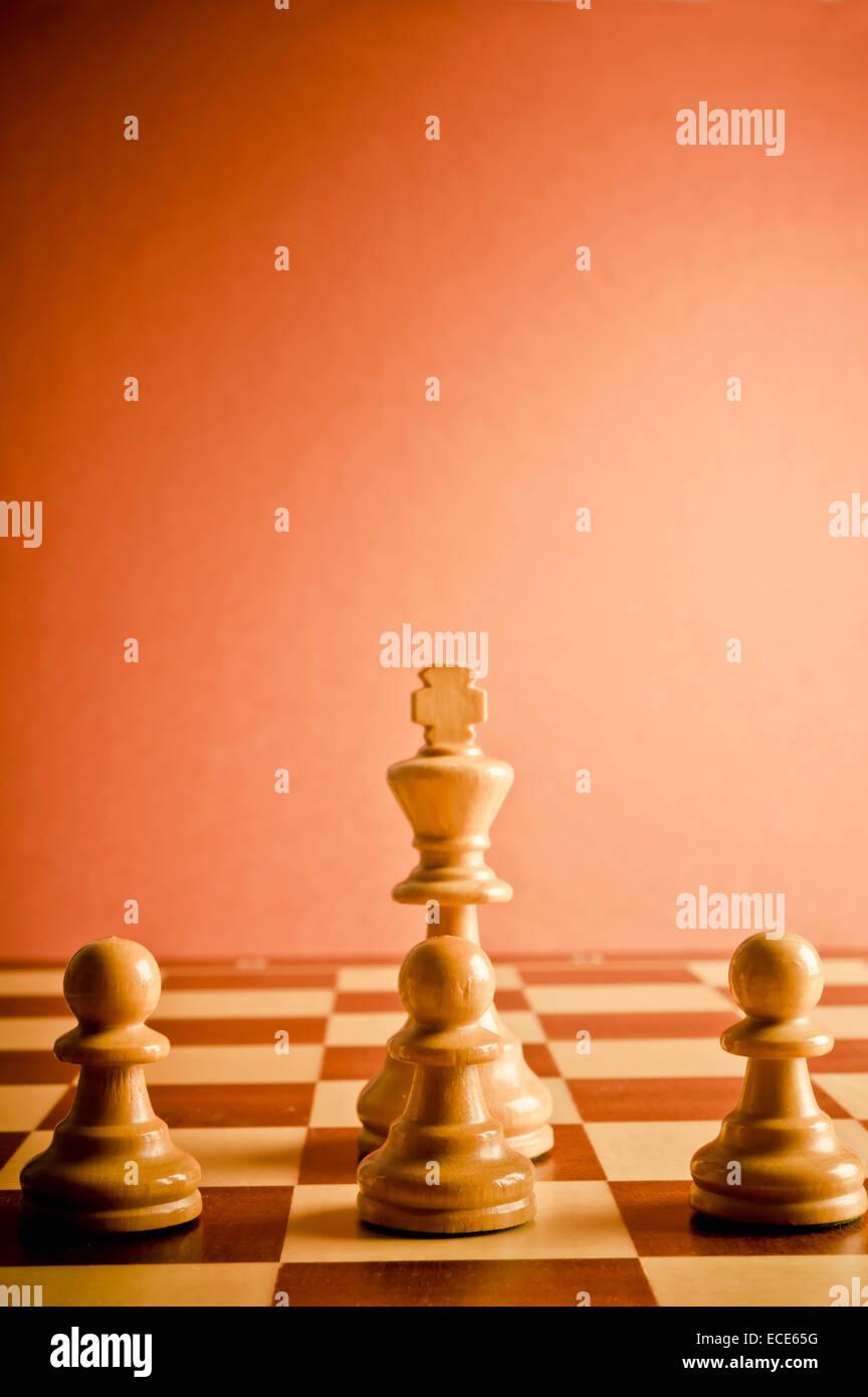 Le roi et les pions d'échecs, concept pour le travail d'équipe et collaboration Photo Stock