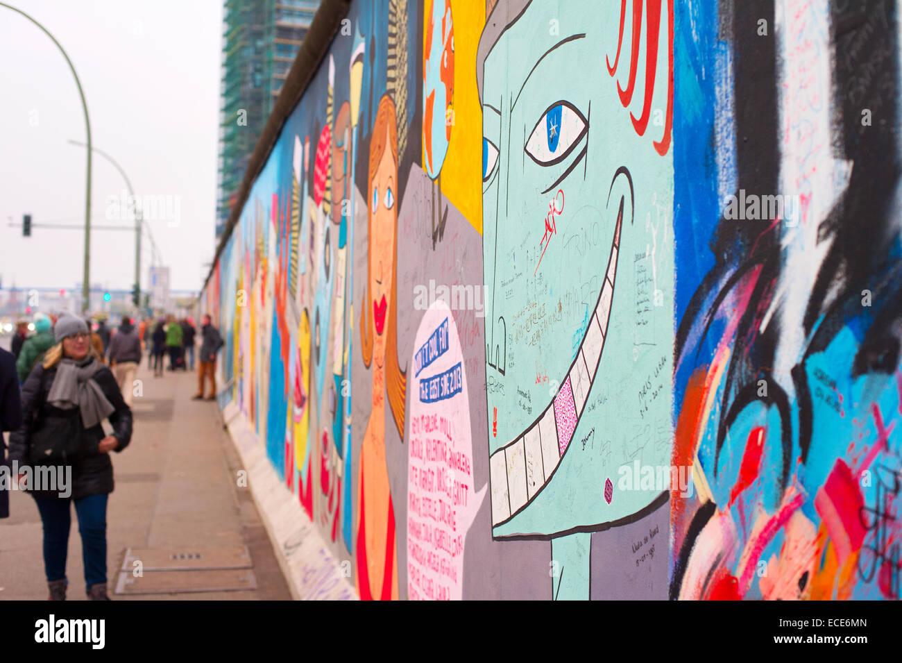 Des personnes non identifiées, à la marche et à la chute du Mur de Berlin à l'East Side Photo Stock