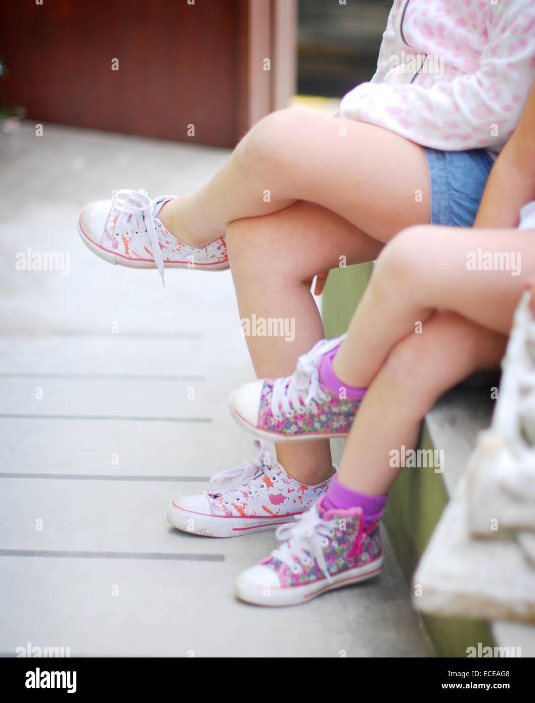 L'ARGENTINE, Buenos Aires, soeurs assis en tailleur à côté de l'autre Photo Stock