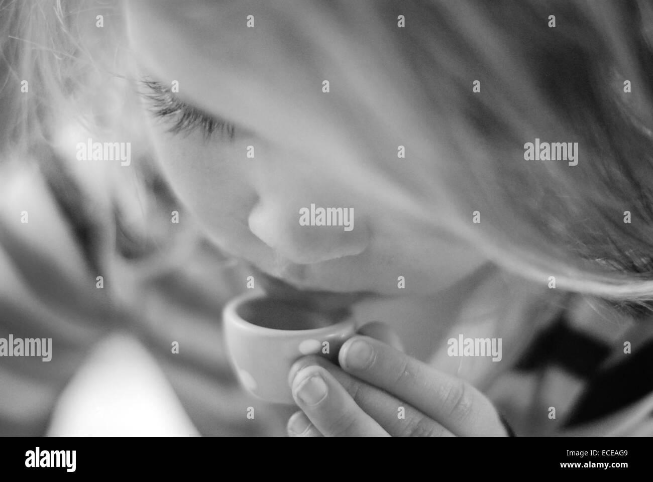 L'ARGENTINE, Buenos Aires, petite fille de boire du thé Photo Stock