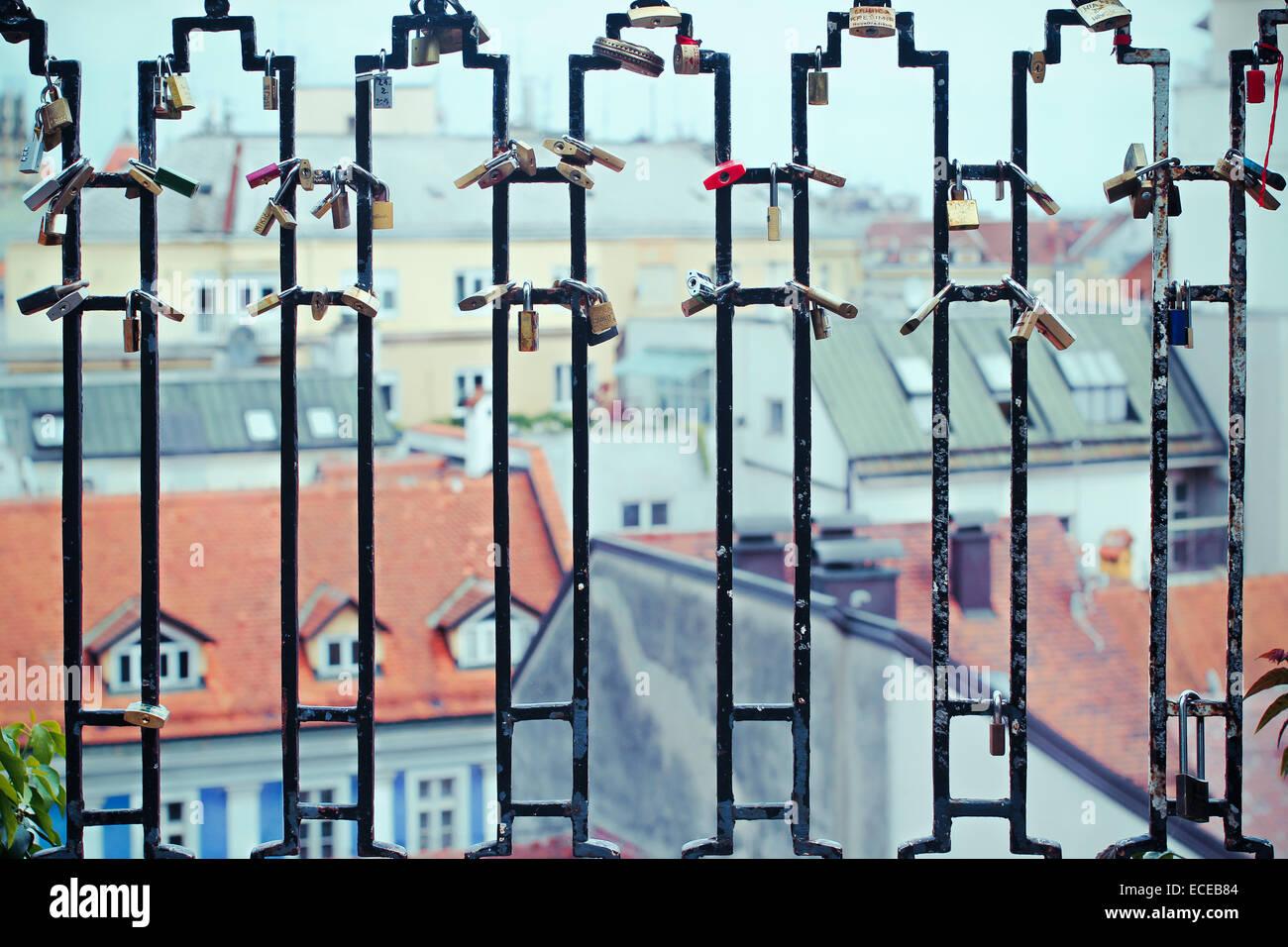 Sur les toits de la ville vue à travers les rampes, Zagreb, Croatie Photo Stock