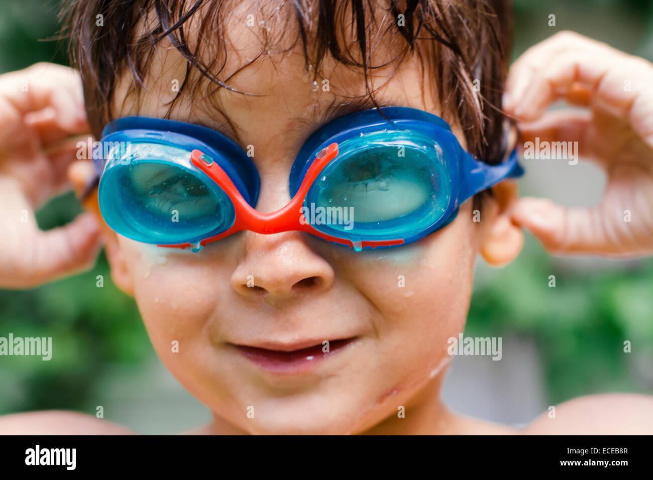 Portrait of boy (4-5) wearing lunettes de natation Photo Stock