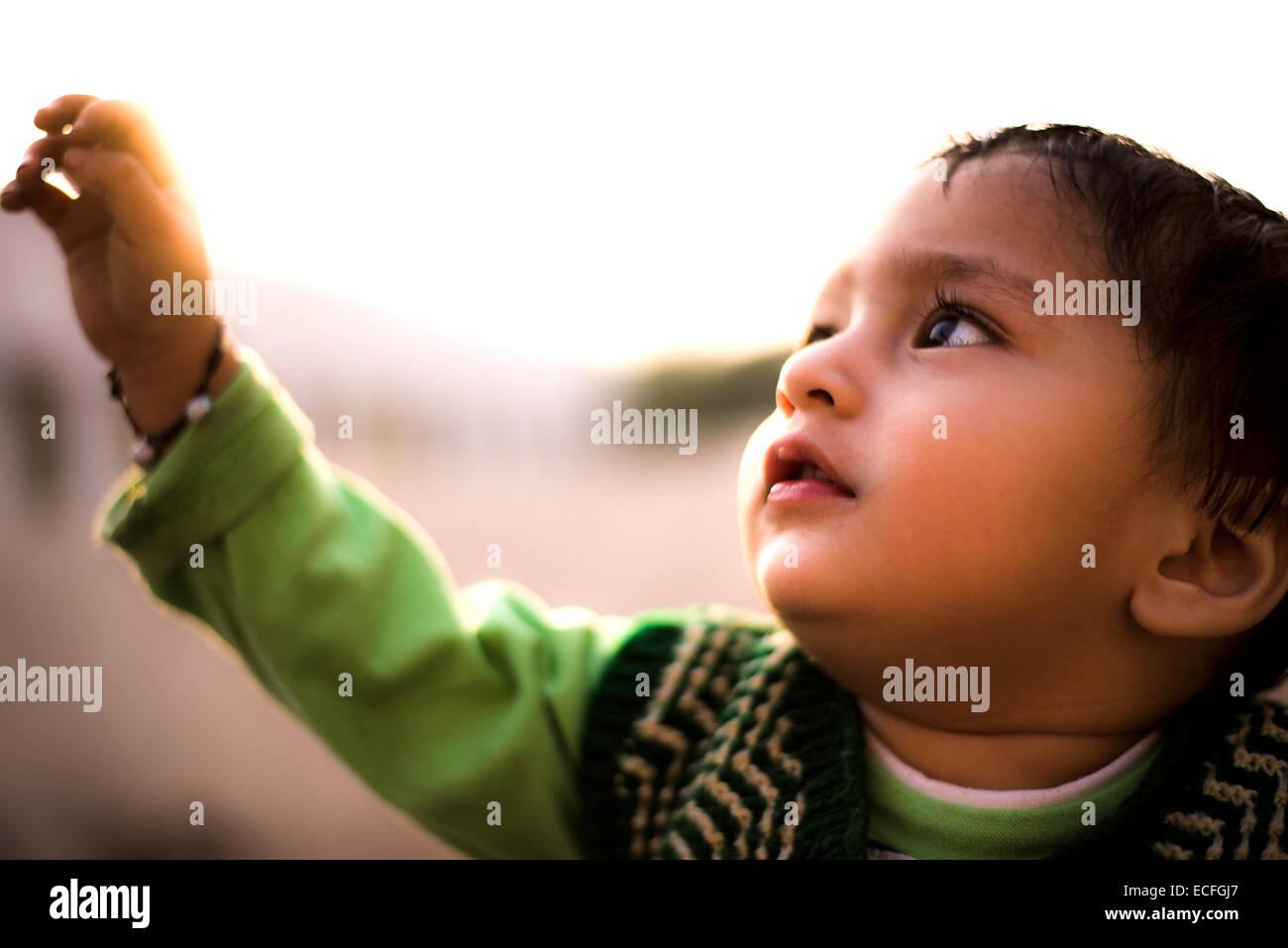 Un portrait d'un bébé curieux à la recherche de grands yeux Photo Stock