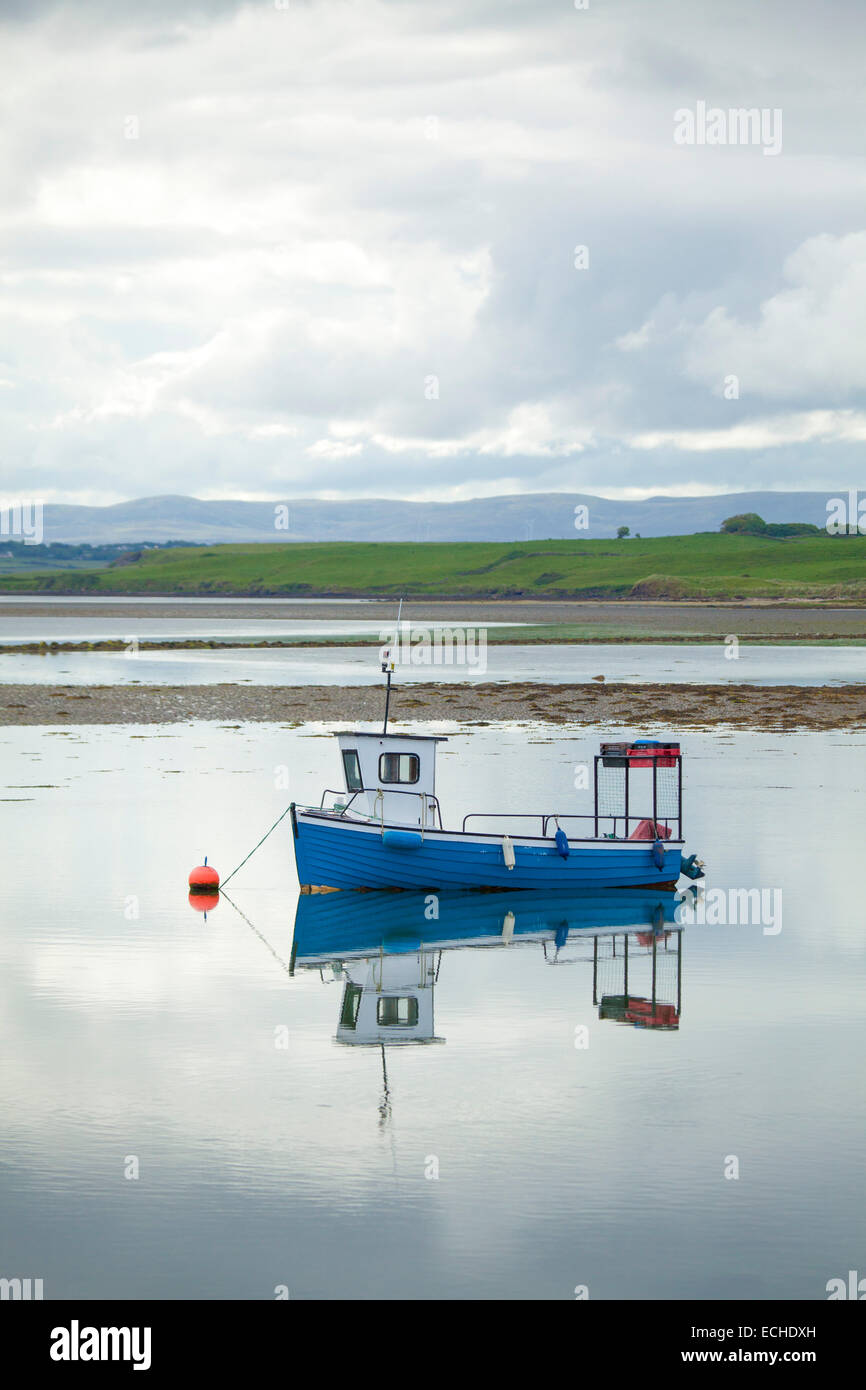 Reflet de la pêche au homard bateau amarré dans le port de Killala. Le Comté de Mayo, Irlande. Photo Stock