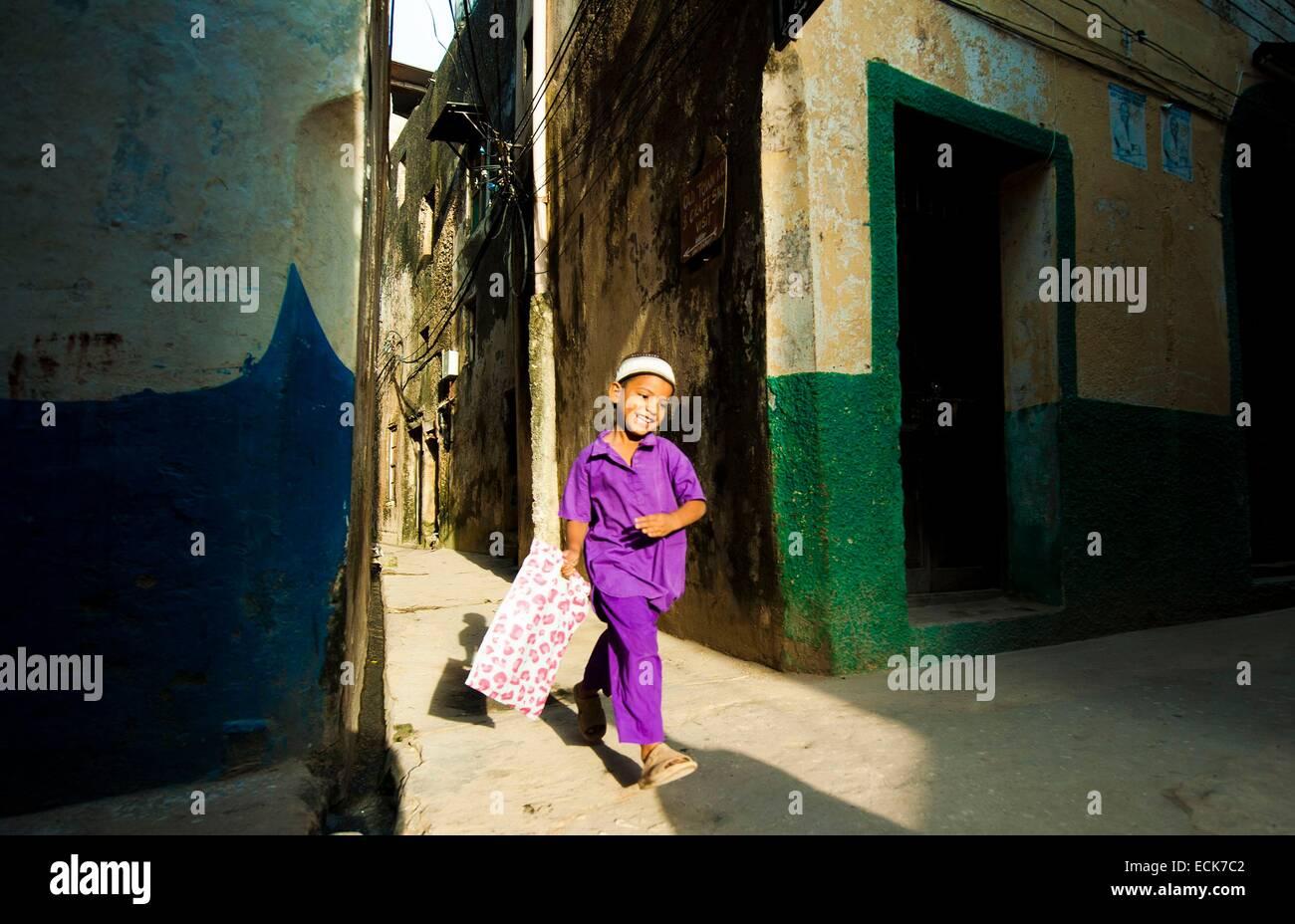 Le Kenya, l'archipel de Lamu, Lamu, écolier en marche dans la rue Photo Stock