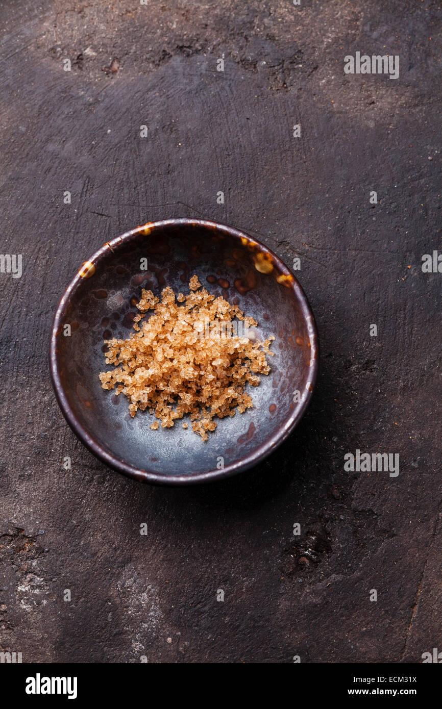 Gros sel alimentaire balsamique vieilli sur fond sombre Photo Stock