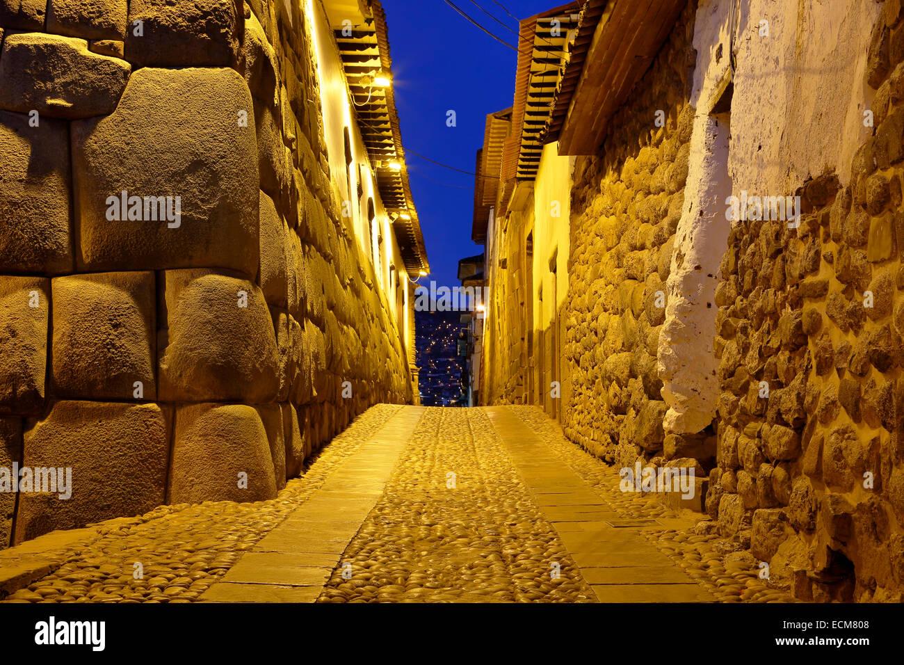 Les murs de pierre Inca et rue pavée, Cusco, Pérou Banque D'Images