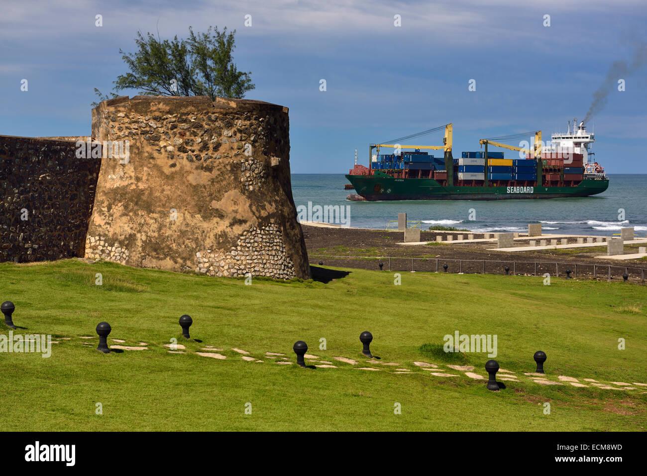590a3fdfe74f Porte-conteneurs entrant dans la baie de Puerto Plata et le port avec des  murs de la forteresse de San Felipe à République Dominicaine