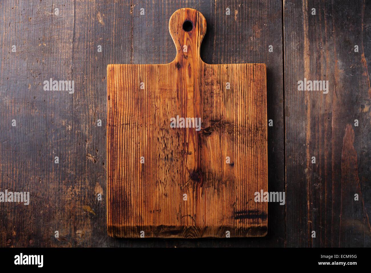 Planche à découper planche à découper sur fond de bois foncé Photo Stock