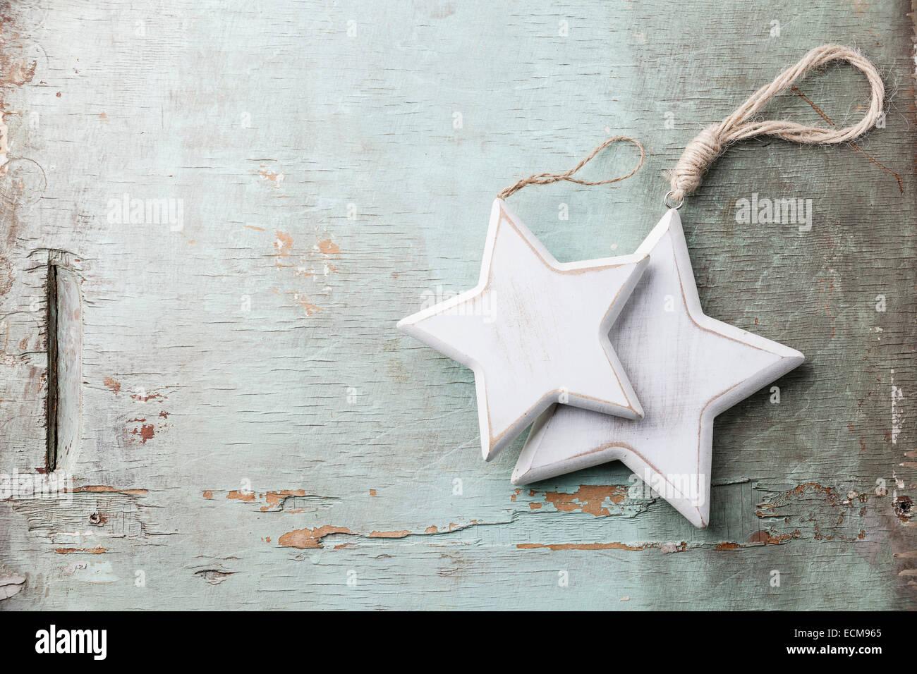 Décorations de Noël en bois étoiles sur fond texturé bleu Photo Stock