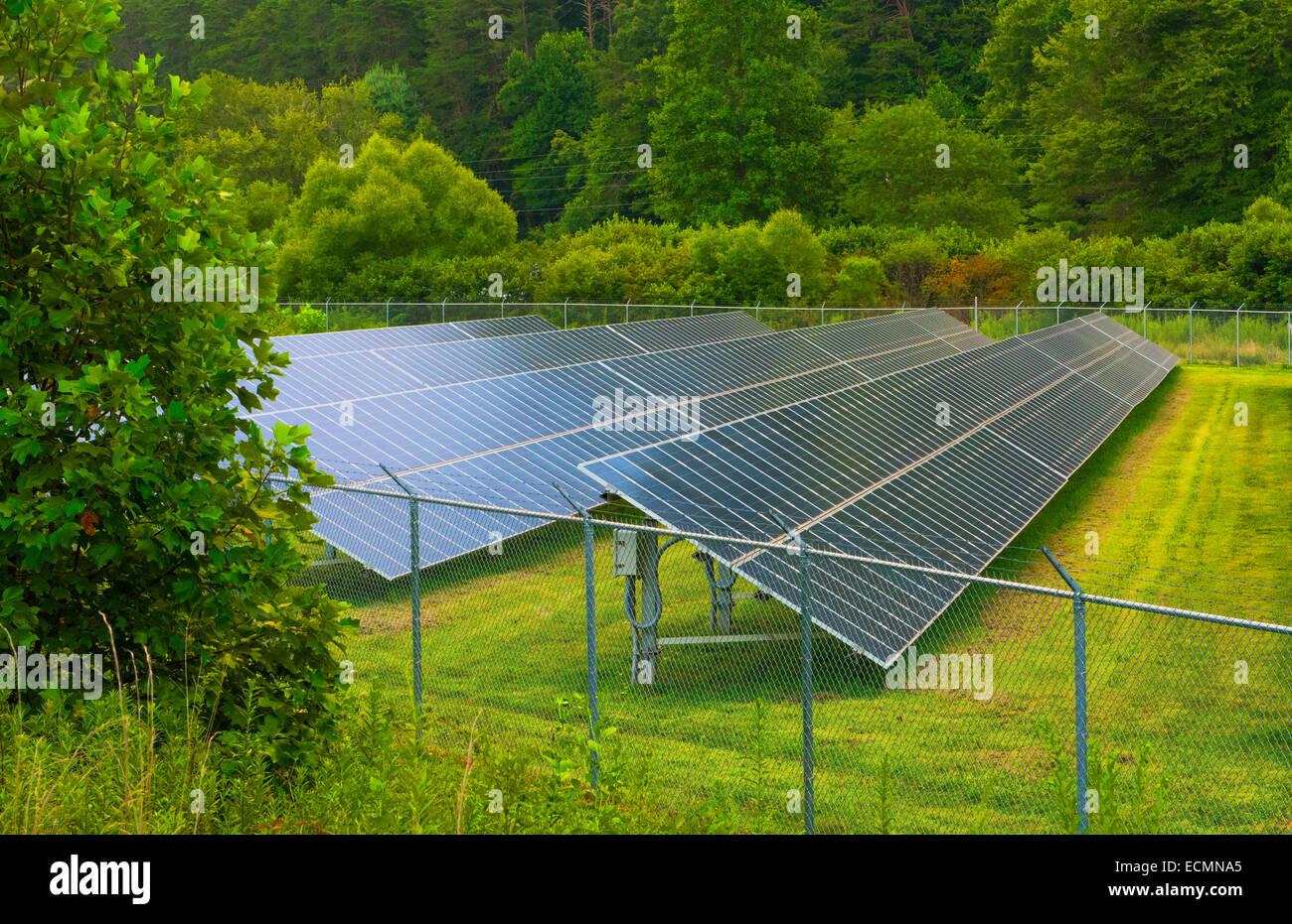 La Géorgie de l'énergie solaire panneaux solaires vert montagnes Sky Valley, Photo Stock