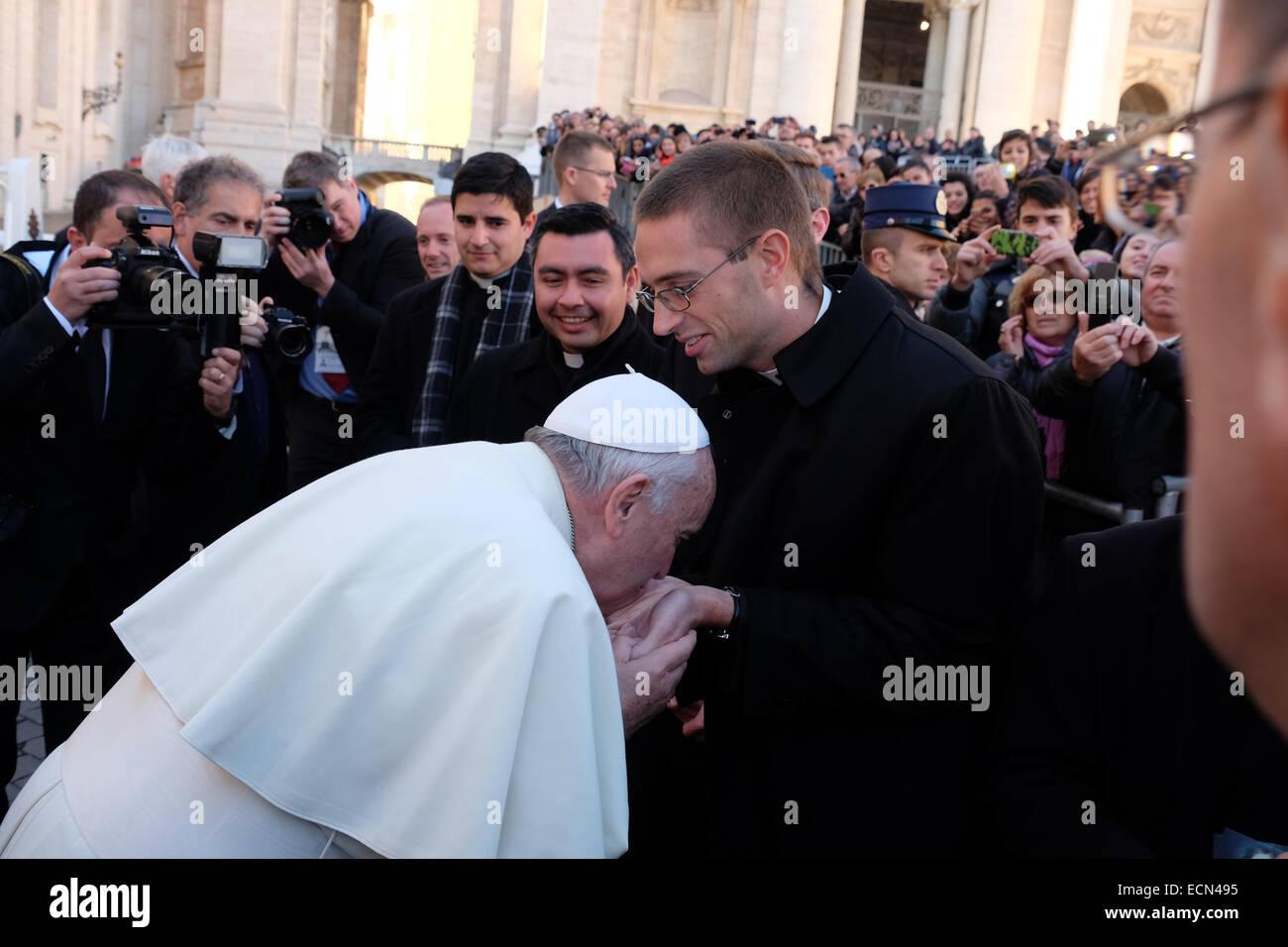 Vidéo : Le Pape François ne laisse personne embrasser sa bague ! Surprenant ! La-place-saint-pierre-vatican-25th-dec-2014-pape-francis-baiser-la-paume-des-mains-a-nouveau-coordonne-pretres-legionnaires-du-christ-le-pape-francois-anniversaire-place-saint-pierre-audience-generale-credit-realy-easy-staralamy-live-news-ecn495