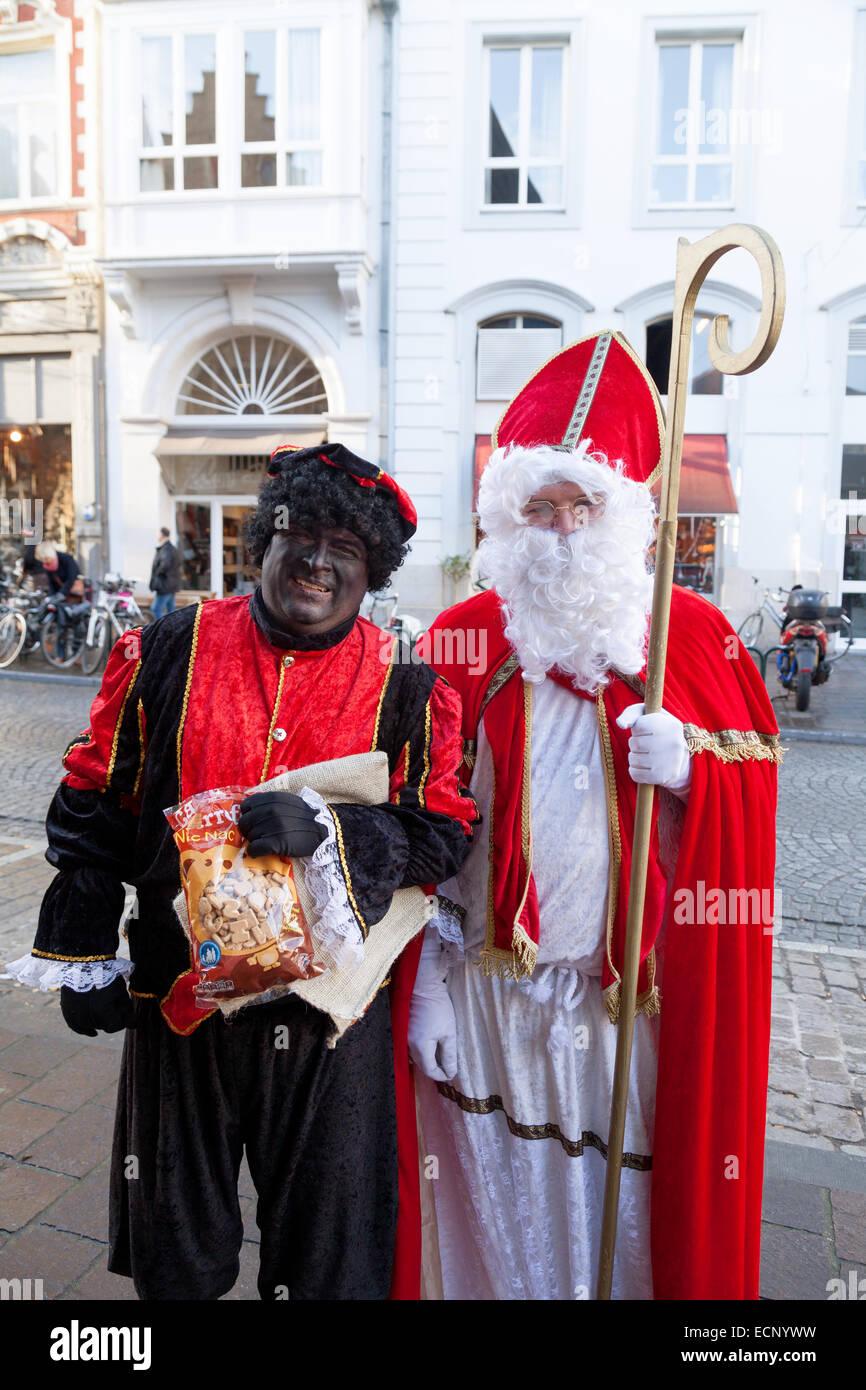Pete Noir Et Saint Nicolas Les Figures Traditionnelles De La Tradition Neerlandaise A Bruges Belgique Europe Photo Stock Alamy